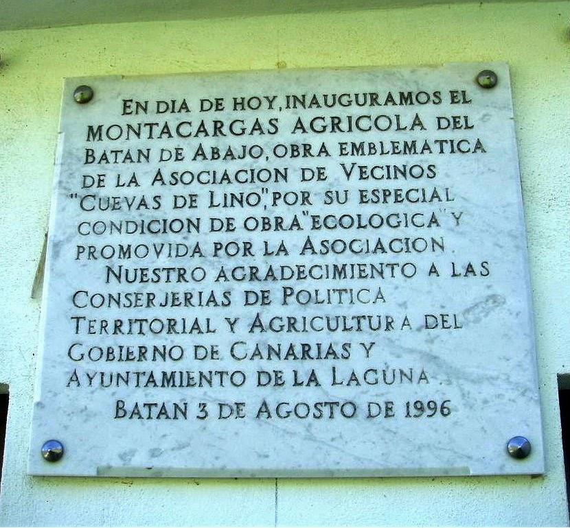 """Foto nº5. Placa situada en la caseta del """"güinche"""" situado en el Núcleo de Casas Heleras. © Lidia E. Romero Martín."""