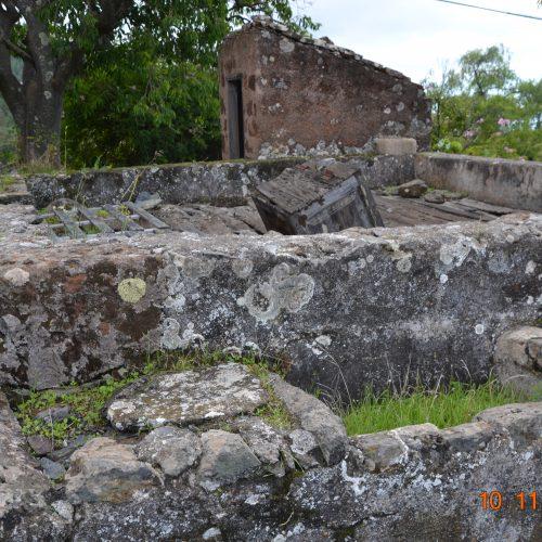 Foto nº11. Conjunto de elementos del patrimonio hidráulico doméstico (lavadero techado, aljibe y abrevaderos). © Lidia E. Romero Martín.