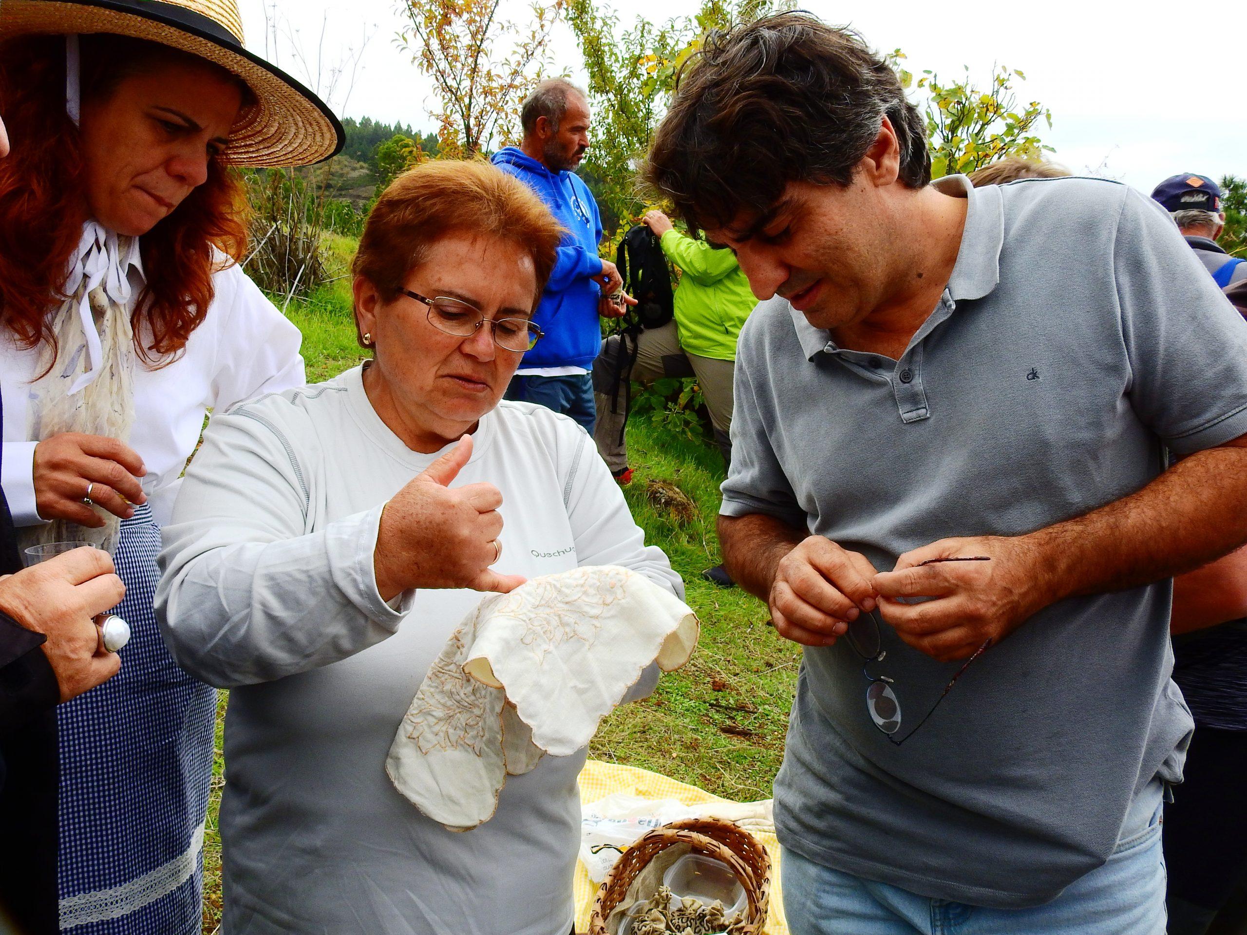 Foto nº5. Solveida mostrando las características del famoso bordado richi palmero. © Jaime Hernández Jiménez.