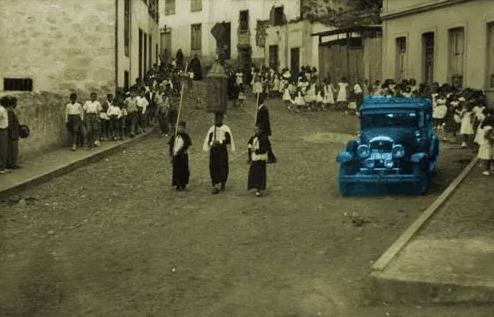 Figura 7: Procesión por una calle de Vallehermoso. Fuente: www.eltambor.es